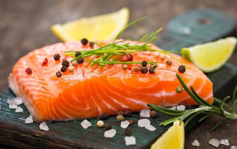 Cá hồi tăng cường cải thiện các triệu chứng của bệnh