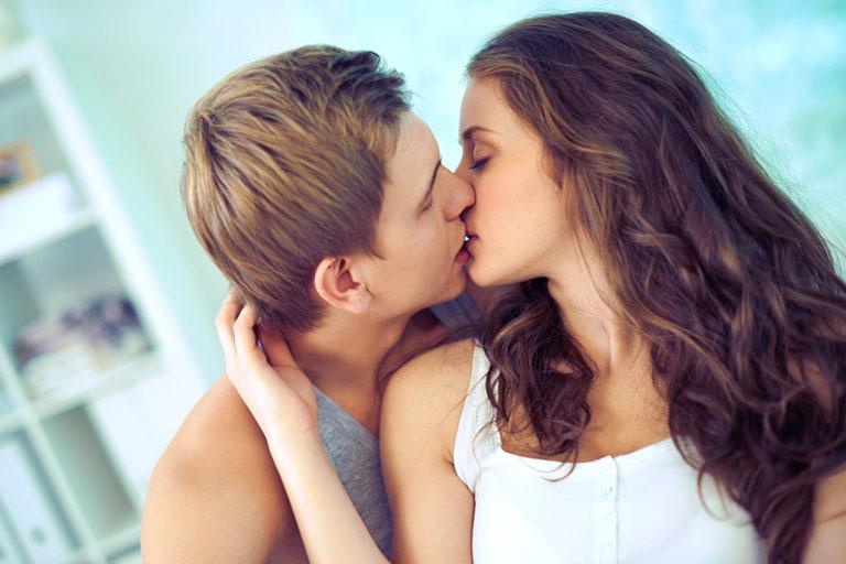 đàn ông ham muốn thường xuyên ôm hôn và sờ soạng nghĩa là đang gạ mong muốn được địt