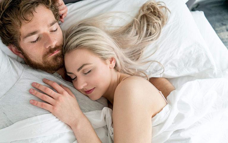 Quan hệ tình dục xong lăn quay ra ngủ, đụ xong ôm nhau ngủ