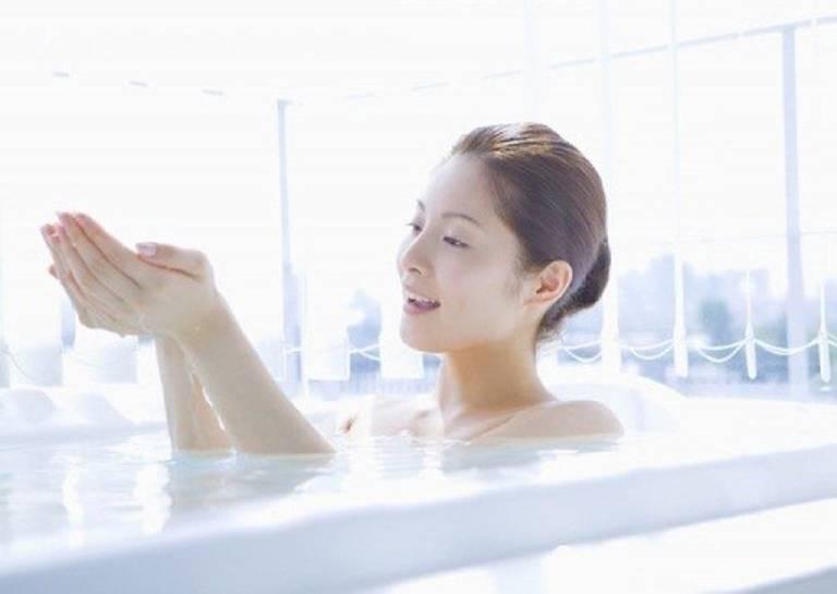 Phương pháp tắm nước muối chữa viêm da cơ địa