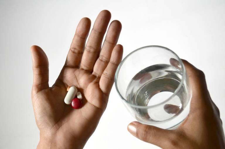 Sử dụng thuốc Tây điều trị ngứa đỏ 2 bên cánh mũi