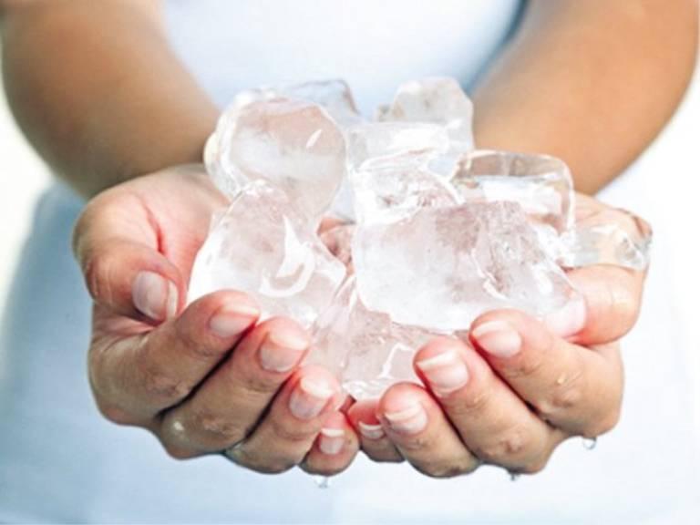 Chườm mát bằng đá viên giúp cải thiện tình trạng nổi mẩn ngứa khi trời nóng