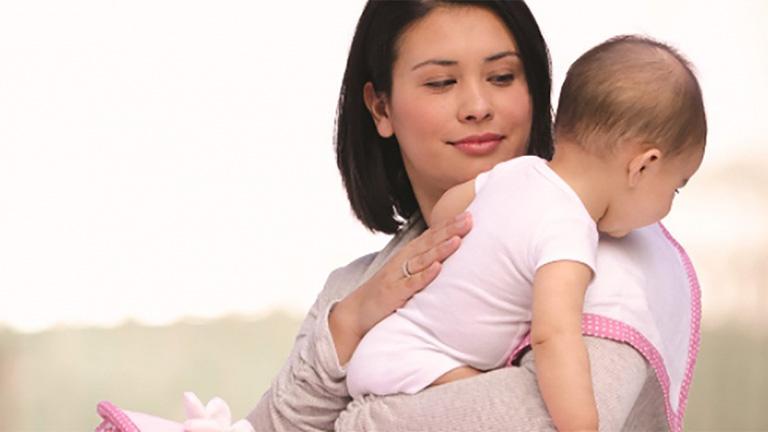 Cho trẻ sơ sinh ợ hơi sau khi bú no