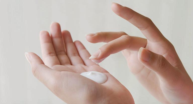 Cách sử dụng thuốc tây chữa trị á sừng ở tay