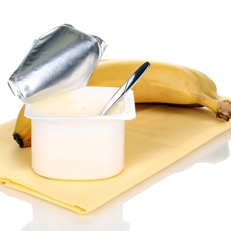 Sử dụng chuối chín và sữa chua chữa dị ứng mật ong