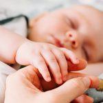 Trẻ sơ sinh ngủ nhiều không chịu dậy bú có đáng lo không?
