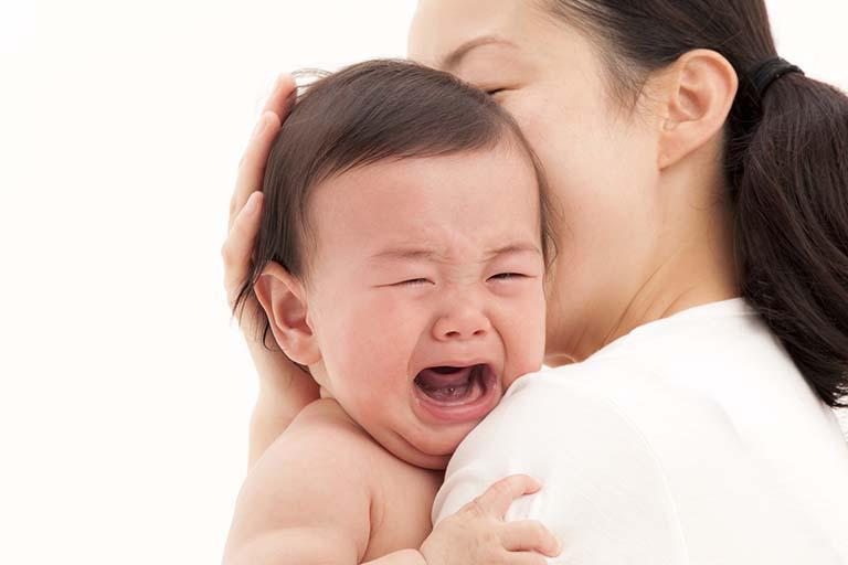 Bé khóc nhiều có bị viêm họng không?