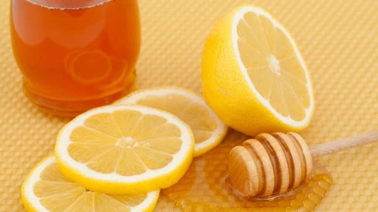 Mật ong kết hợp với chanh chữa viêm amidan