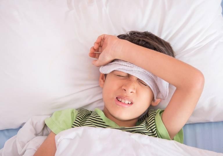 Cách xử lý khi bị đau họng và sốt về chiều, về đêm