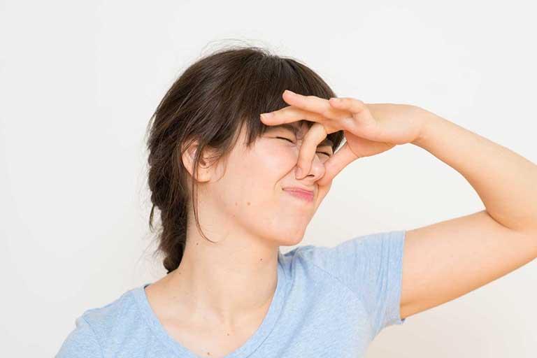 Lỗ mũi có mùi hôi khi thở là do đâu?