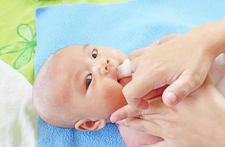 Lưu ý khi rơ lưỡi cho trẻ sơ sinh