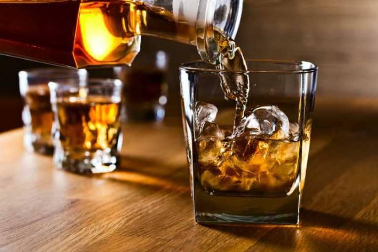 Thức uống chứa cồn và các chất kích thích