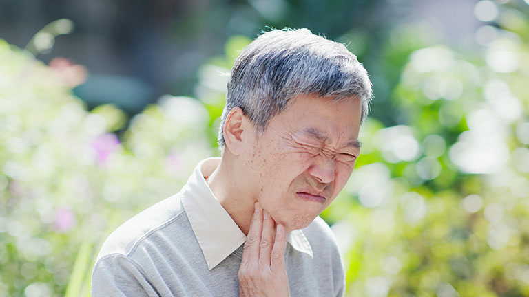 viêm họng bị nổi hạch ở cổ