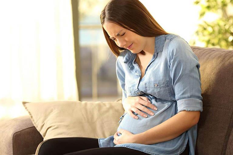 Bà bầu bị đau bụng bên phải ngang rốn là bị gì?