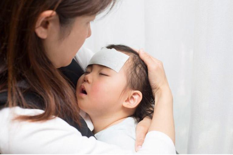 Cách hạ sốt cho trẻ sơ sinh sau khi tiêm phòng