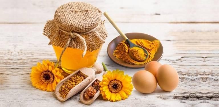 Trứng gà kết hợp với nghệ tươi và mật ong