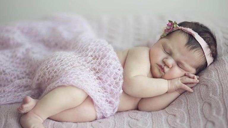 nên cho trẻ sơ sinh nằm nghiêng