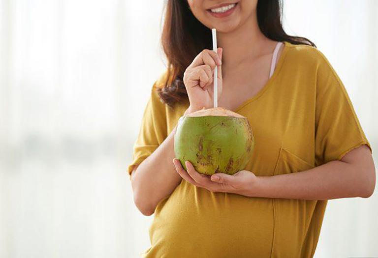 Mang thai tháng thứ 4 có nên uống nước dừa