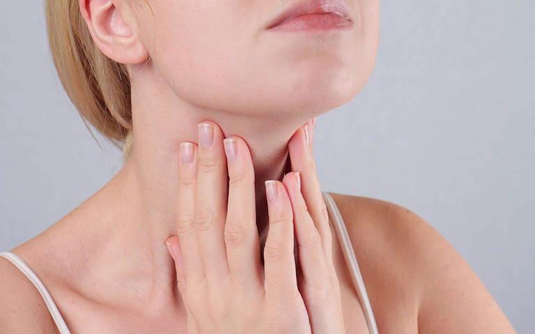 Cần làm gì để cải thiện tình trạng đau họng có đờm vào buổi sáng ngủ dậy