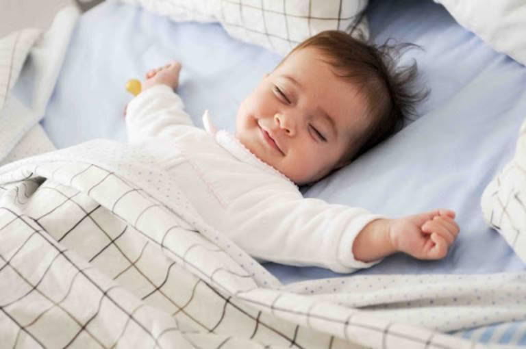 Giúp trẻ thay đổi tư thế ngủ