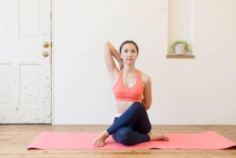 Bài tập yoga chữa đau vai gáy với tư thế mặt bò