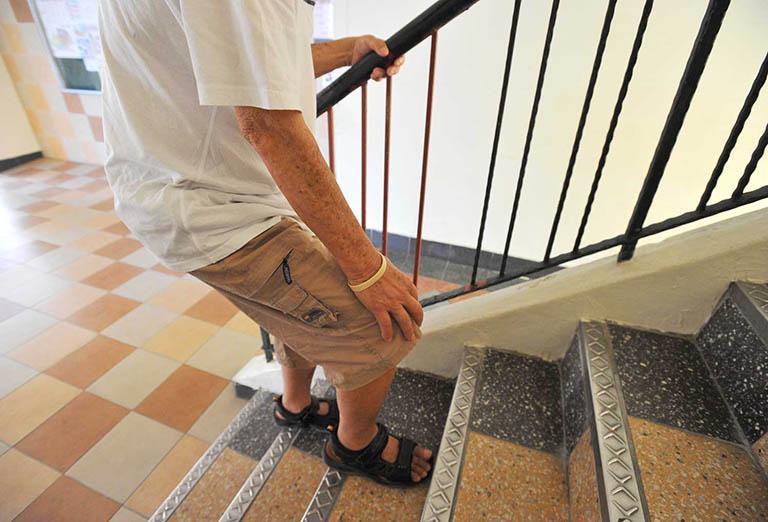 Đau khớp gối khi lên xuống cầu thang