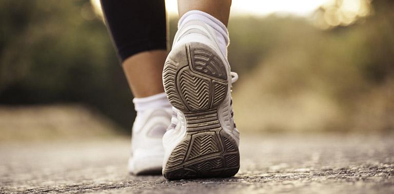 Đau thần kinh tọa có nên đi bộ