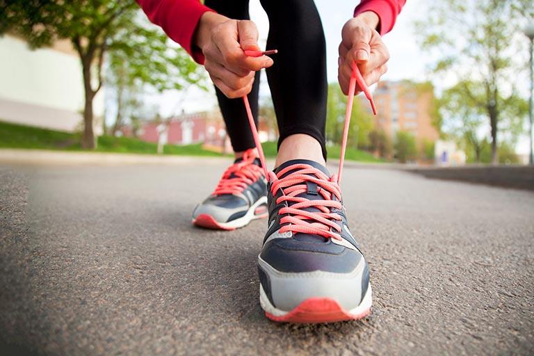 đau dây thần kinh tọa có nên đi bộ không