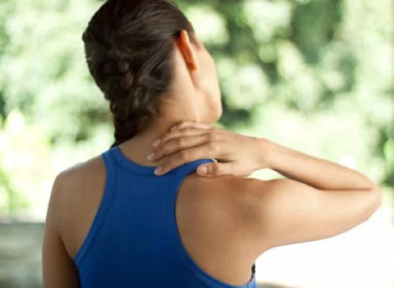 Đau vai gáy tê tay là bệnh gì? Có nguy hiểm không?