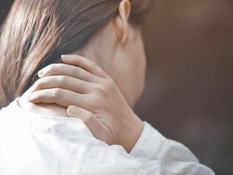 Đau vai gáy tê tay có nguy hiểm không?