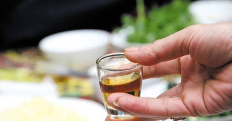 Ngâm rượu lá chìa vôi uống chữa thoát vị đĩa đệm