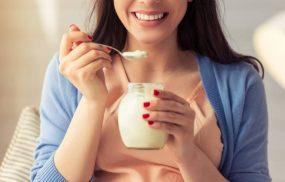Phụ nữ sau sinh có nên ăn sữa chua? Giải đáp