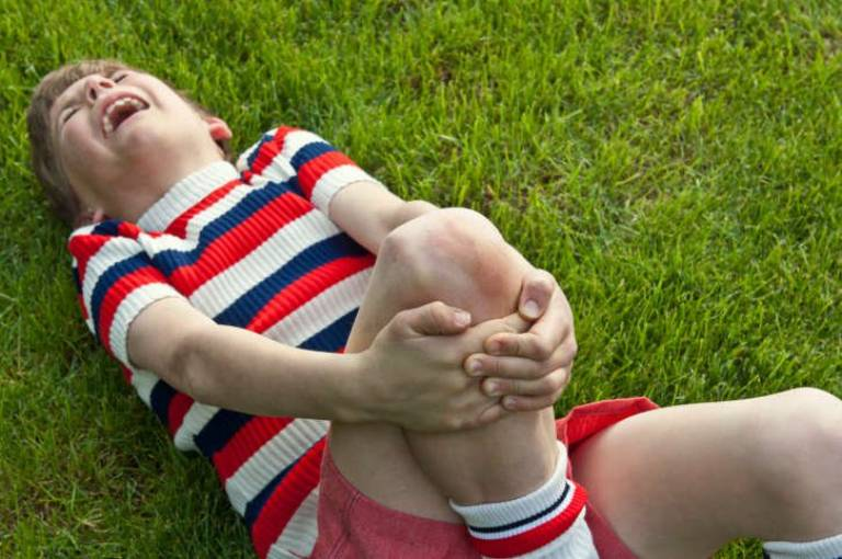 Trẻ 4 tuổi bị đau khớp gối có nguy hiểm không?