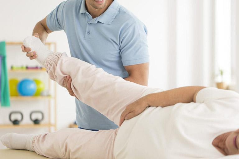 bệnh viêm khớp háng và cách điều trị