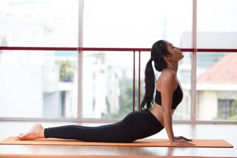 Bài tập yoga tư thế rắn hổ mang cho người bị gai cột sống