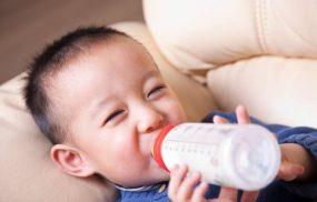 Bé bị táo bón nên uống sữa gì để dễ đi ngoài?