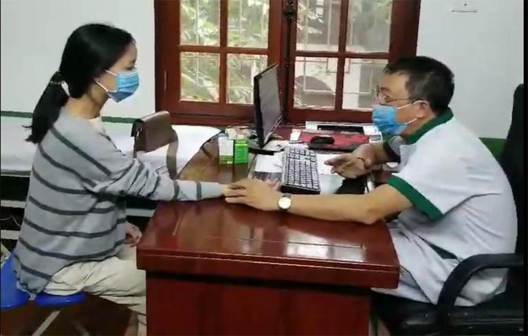 Thanh được bác sĩ Lê Hữu Tuấn thăm khám, điều trị vảy nến