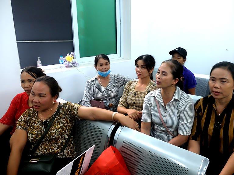 Chị Huyền (áo kẻ vàng thứ 2 từ cửa sổ), cô Thanh (thứ 3 từ cửa sổ) tại phòng chờ Bệnh viện Tai Mũi Họng Quân Dân 102