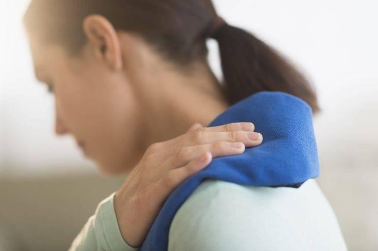 Chườm lạnh giúp cải thiện đau nhức bả vai