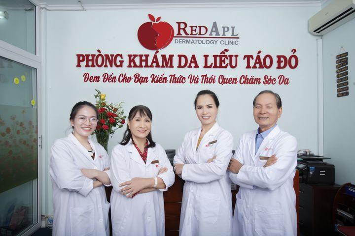 đội ngũ y tế phòng khám táo đỏ