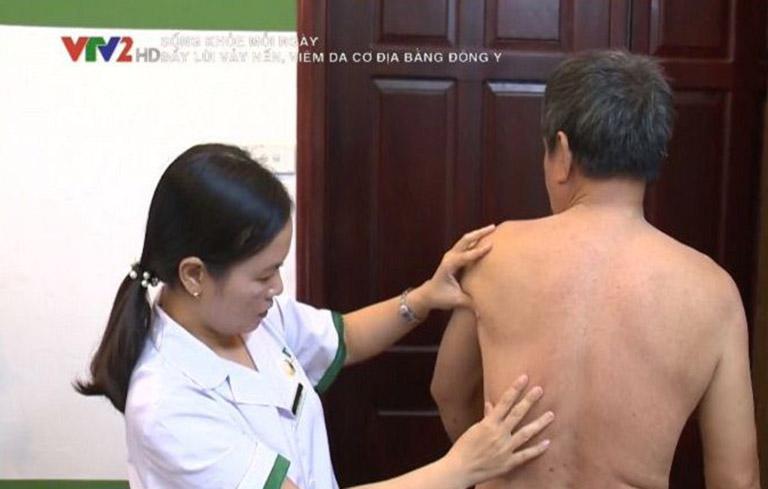 Ông Tuấn thăm khám và điều trị vảy nến tại Trung tâm Thuốc dân tộc