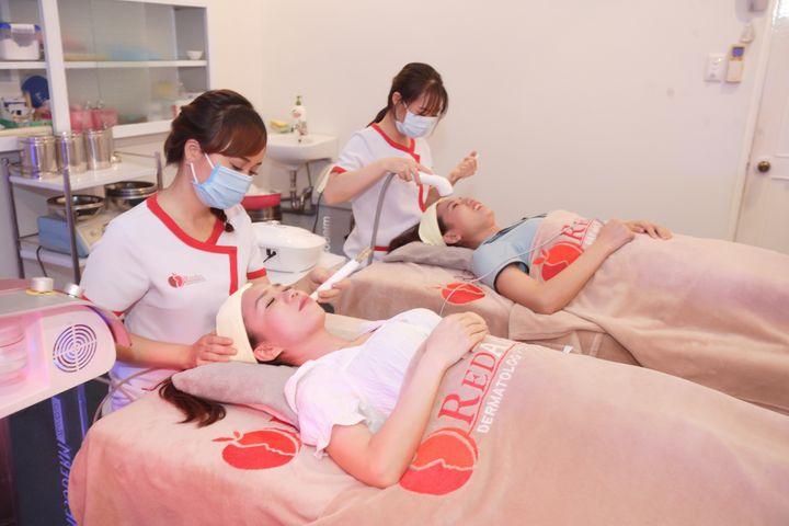 Massage mặt da liễu táo đỏ
