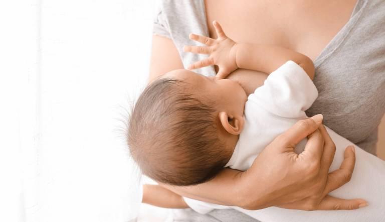 Mẹ bị cảm lạnh có nên cho con bú? Giải đáp