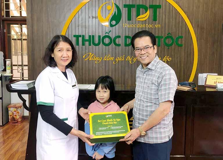 NSND Trần Nhượng và cháu gái sau khi khỏi bệnh tại Trung tâm Thuốc dân tộc