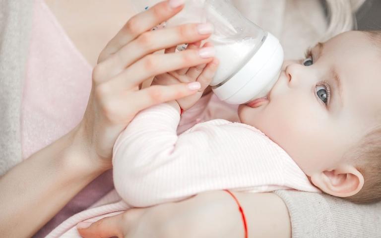 Biện pháp xử lý tình trạng trẻ sơ sinh hay vặn mình đánh hơi