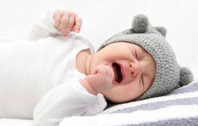 Trẻ sơ sinh hay vặn mình và ọc sữa: Nguyên nhân và cách xử lý