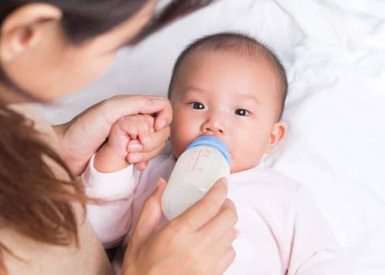 Nguyên nhân dẫn đến trẻ sơ sinh hay vặn mình và ọc sữa
