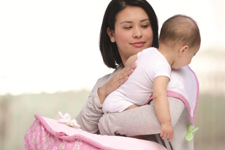 Cách xử lý khi trẻ sơ sinh hay vặn mình và ọc sữa