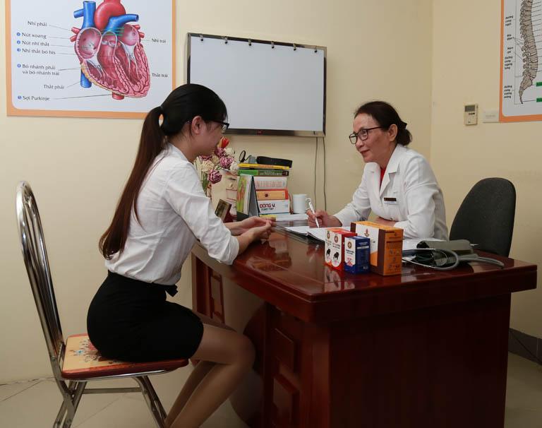 Bác sĩ Lê Phương trực tiếp khám và kiểm tra tình trạng bệnh