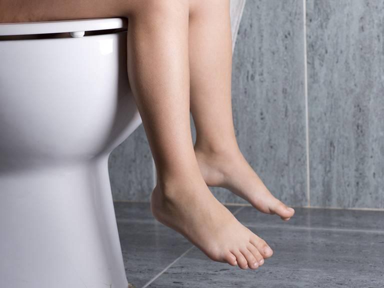 Táo bón kéo dài là triệu chứng sớm của bệnh trĩ nhưng người bệnh thường dễ bỏ qua tình trạng này
